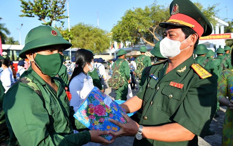 Đại tá Đàm Kiến Thức, Chỉ huy trưởng Bộ Chỉ huy Quân sự tỉnh Kiên Giang tặng quà, động viên tân binh huyện Châu Thành lên đường nhập ngũ.(Ảnh: BND)