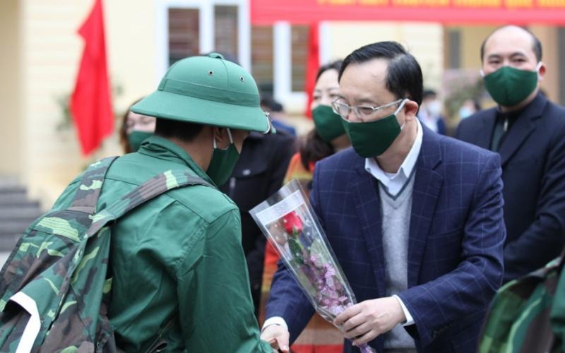 Đồng chí Thào Hồng Sơn, Phó Bí thư Thường trực Tỉnh ủy, Chủ tịch HĐND tỉnh Hà Giang tặng hoa chúc mừng tân binh lên đường nhập ngũ.