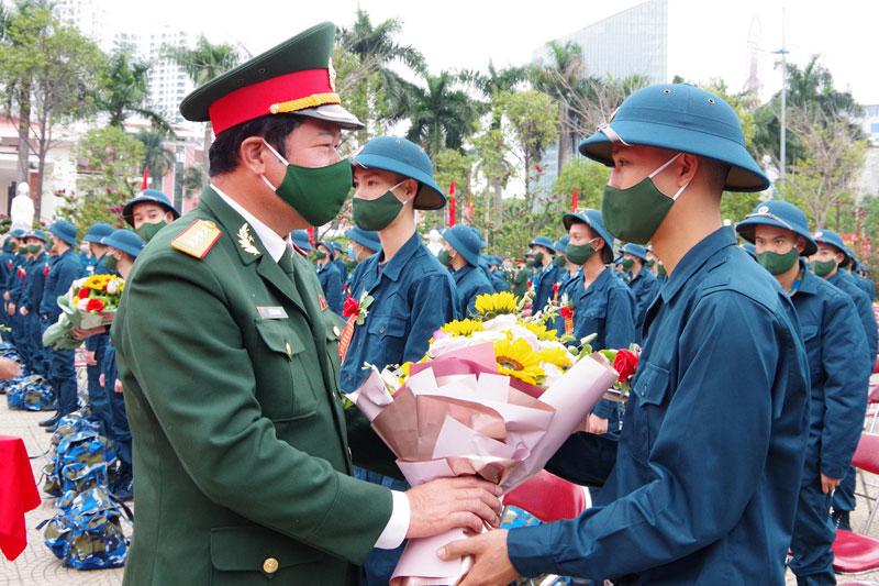 Đại tá Lê Văn Long, Chỉ huy trưởng Bộ CHQS tỉnh Quảng Ninh, tặng hoa chúc mừng thanh niên TP Hạ Long lên đường nhập ngũ.