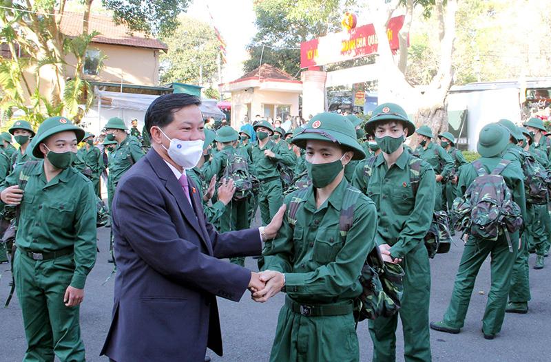 Bí thư Tỉnh ủy Lâm Đồng Trần Đức Quận động viên tân binh trước giờ lên đường làm nhiệm vụ bảo vệ Tổ quốc.