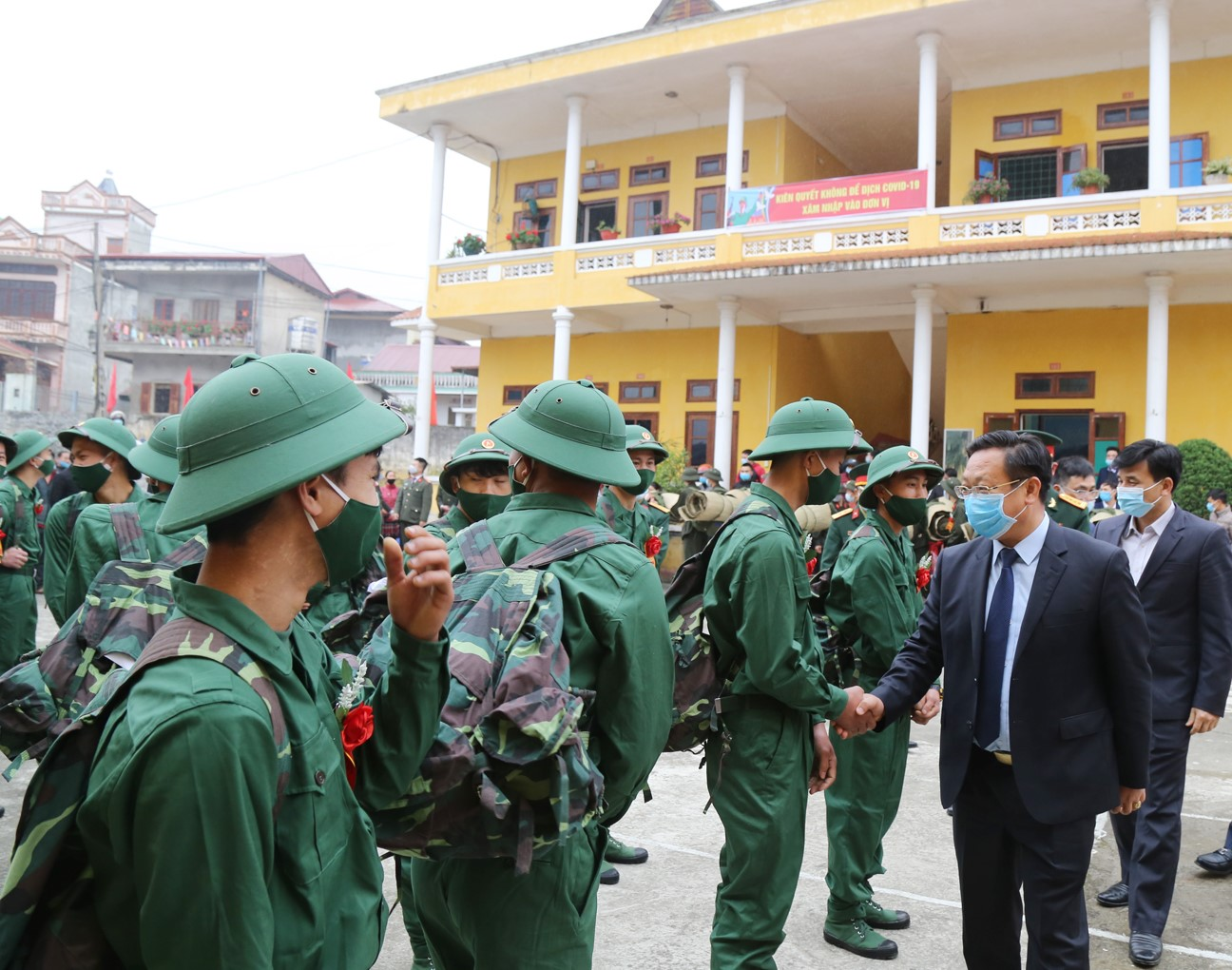 Tiễn tân binh lên đường nhập ngũ tại huyện Bắc Hà.
