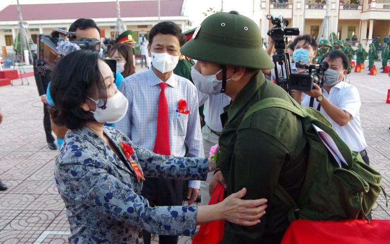 Ủy viên Bộ Chính trị, Trưởng Ban Dân vận Trung ương Trương Thị Mai động viên các công dân lên đường nhập ngũ. (Ảnh: BND)