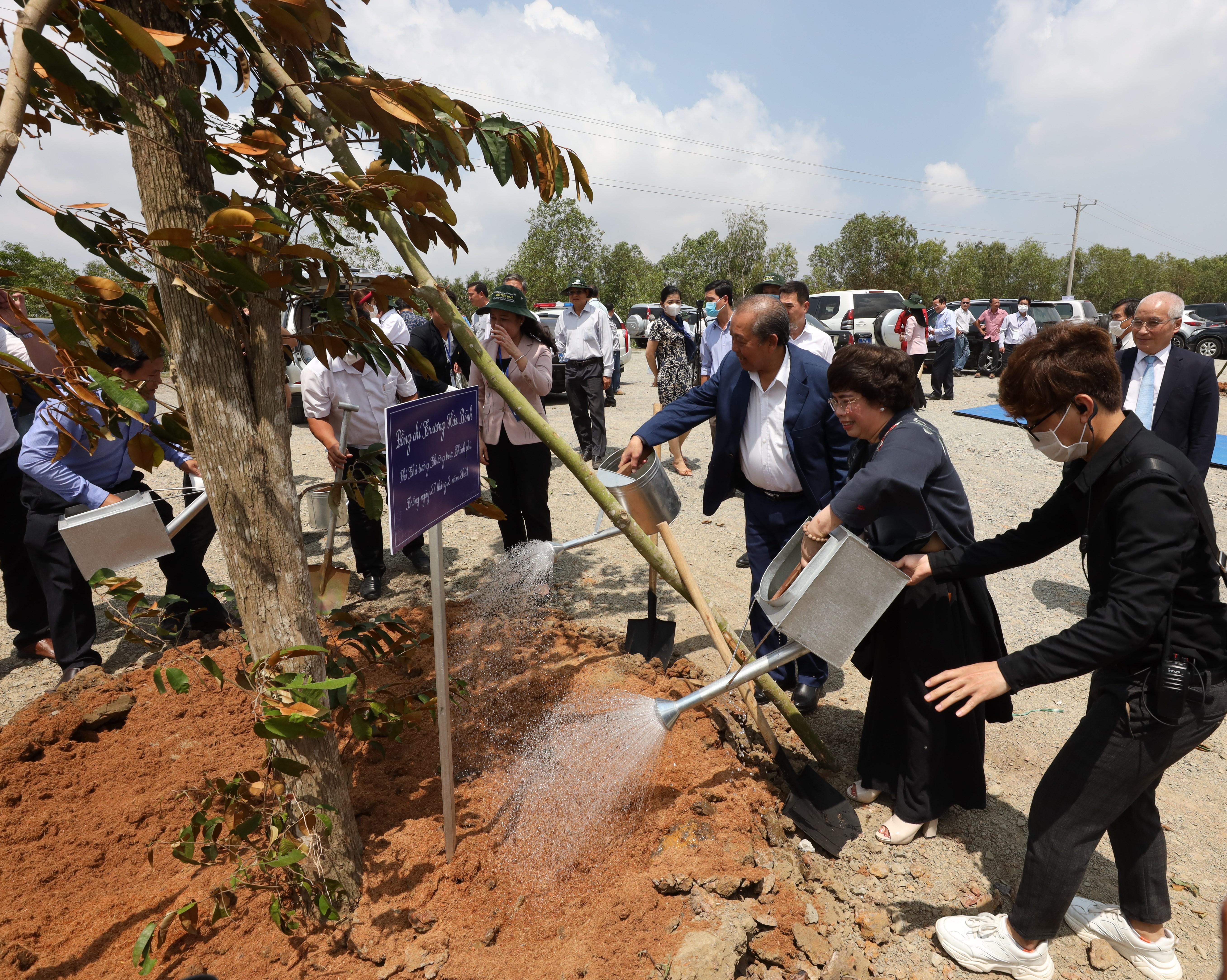 Phó Thủ tướng Trương Hoà Bình cùng các đại biểu tham dự Lễ khởi công tham gia trồng cây tại khu di tích cách mạng Ô Tà Sóc