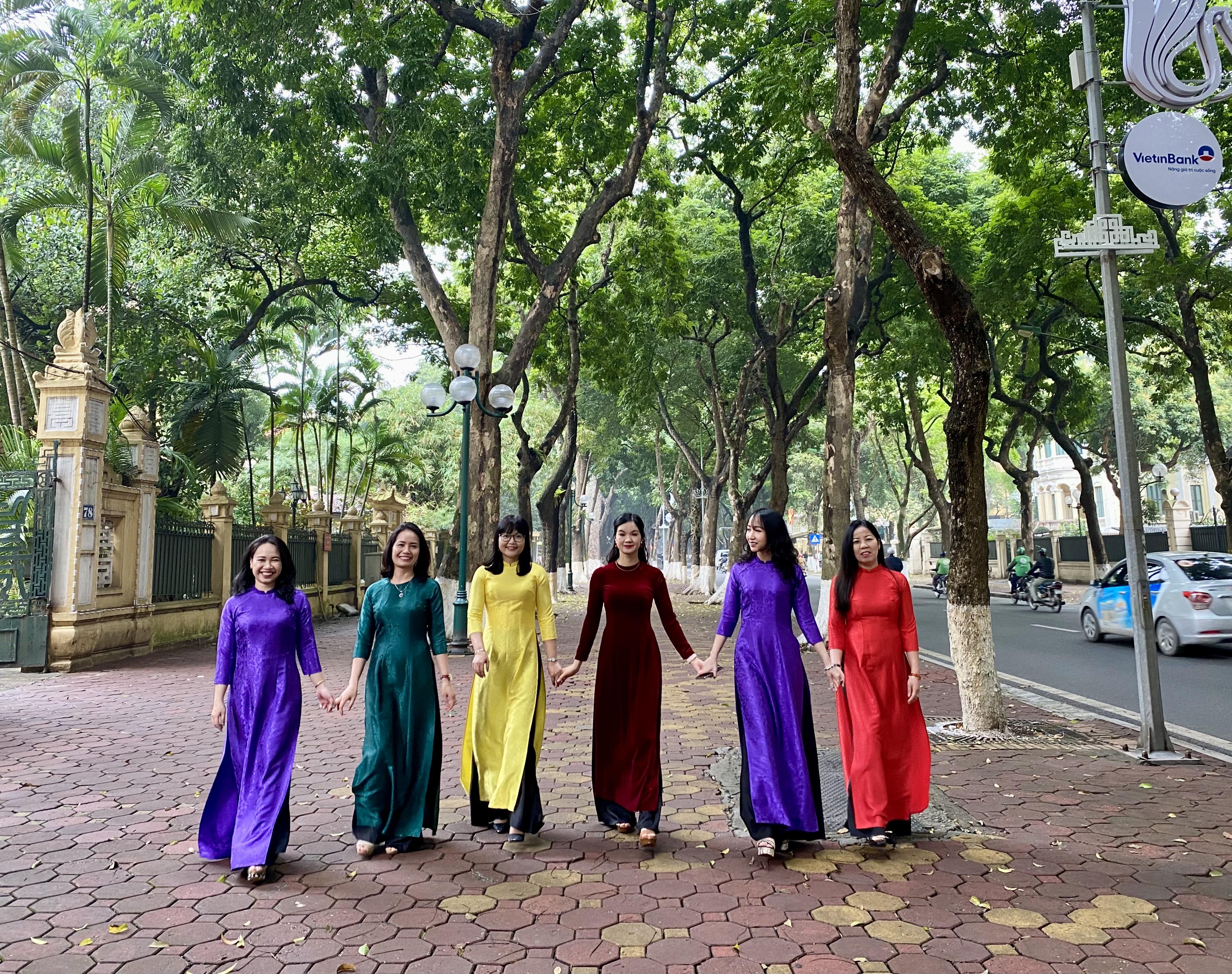 """Các chị em phụ nữ hưởng ứng """"Tuần lễ áo dài"""" trong tiết trời Xuân Hà Nội"""
