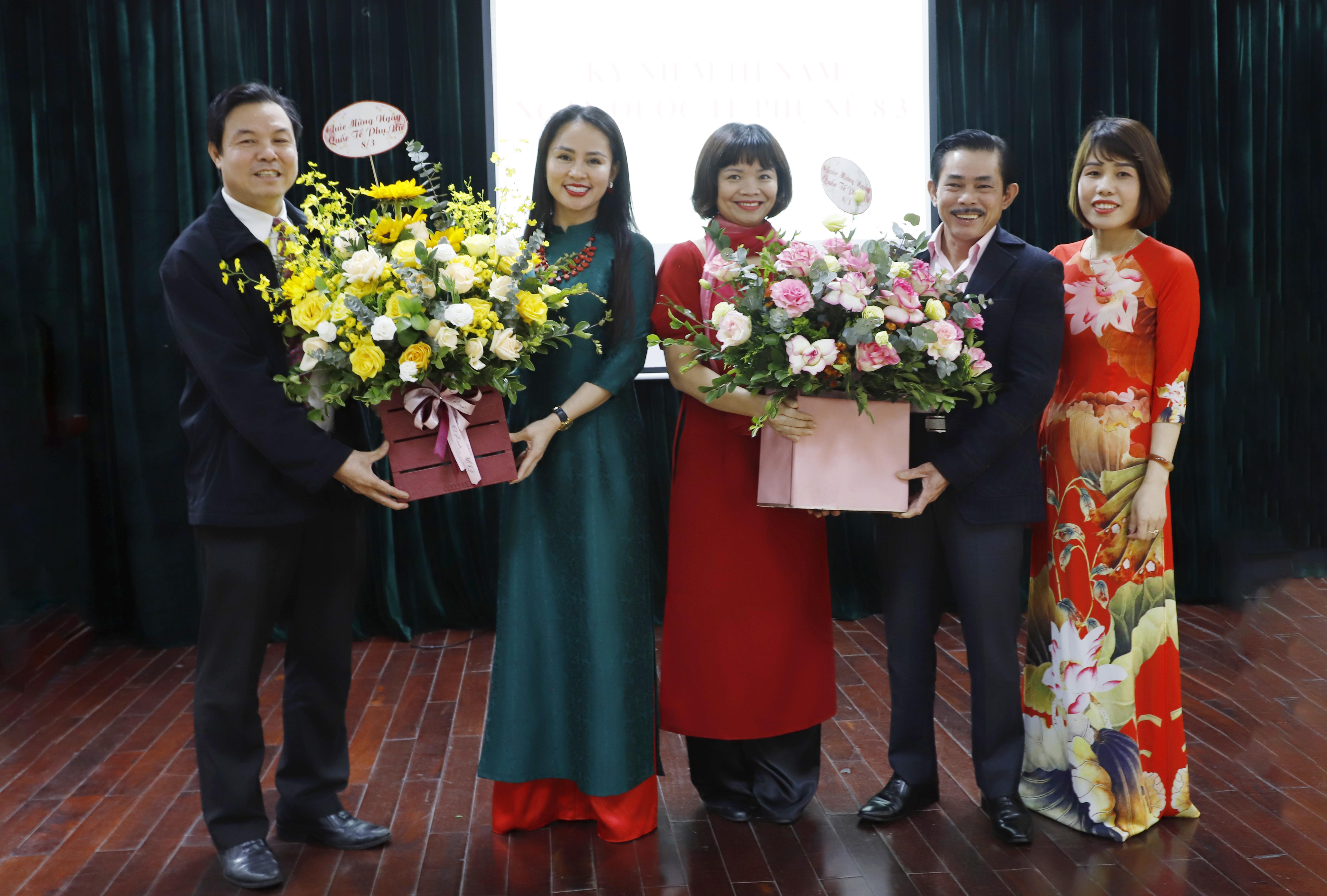 Ông Lê Công Bình, Bí thư Chi bộ, Tổng Biên tập Báo Dân tộc và Phát triển cùng Ban Biên tập của Báo tặng hoa chúc mừng đại diện chị em phụ nữ