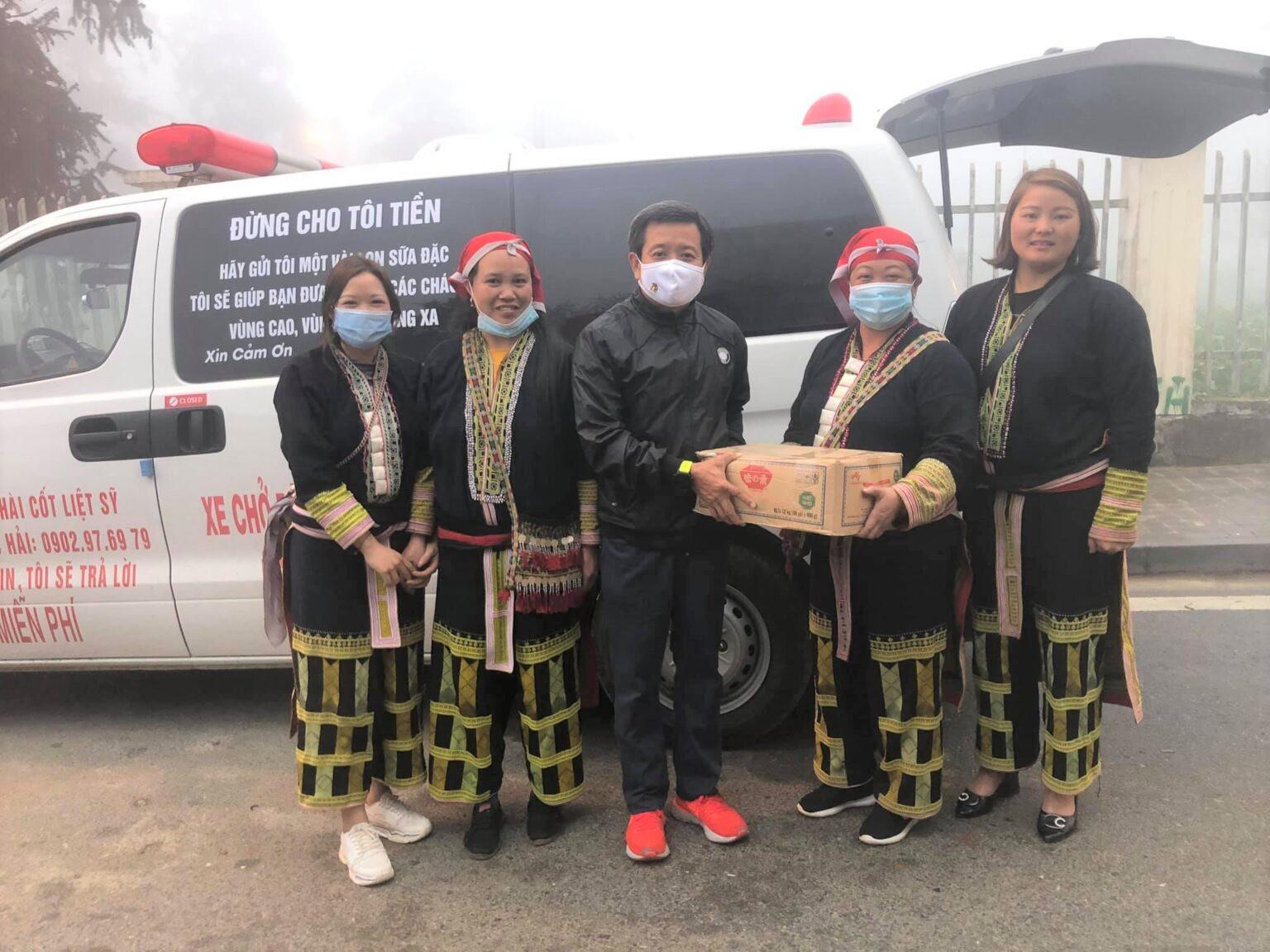 Đồng bào Dao Đỏ ở Tà Phìn (thị xã Sa Pa, Lào Cai) gửi những thùng sữa nhờ ông Đoàn Ngọc Hải mang đến cho trẻ em nghèo
