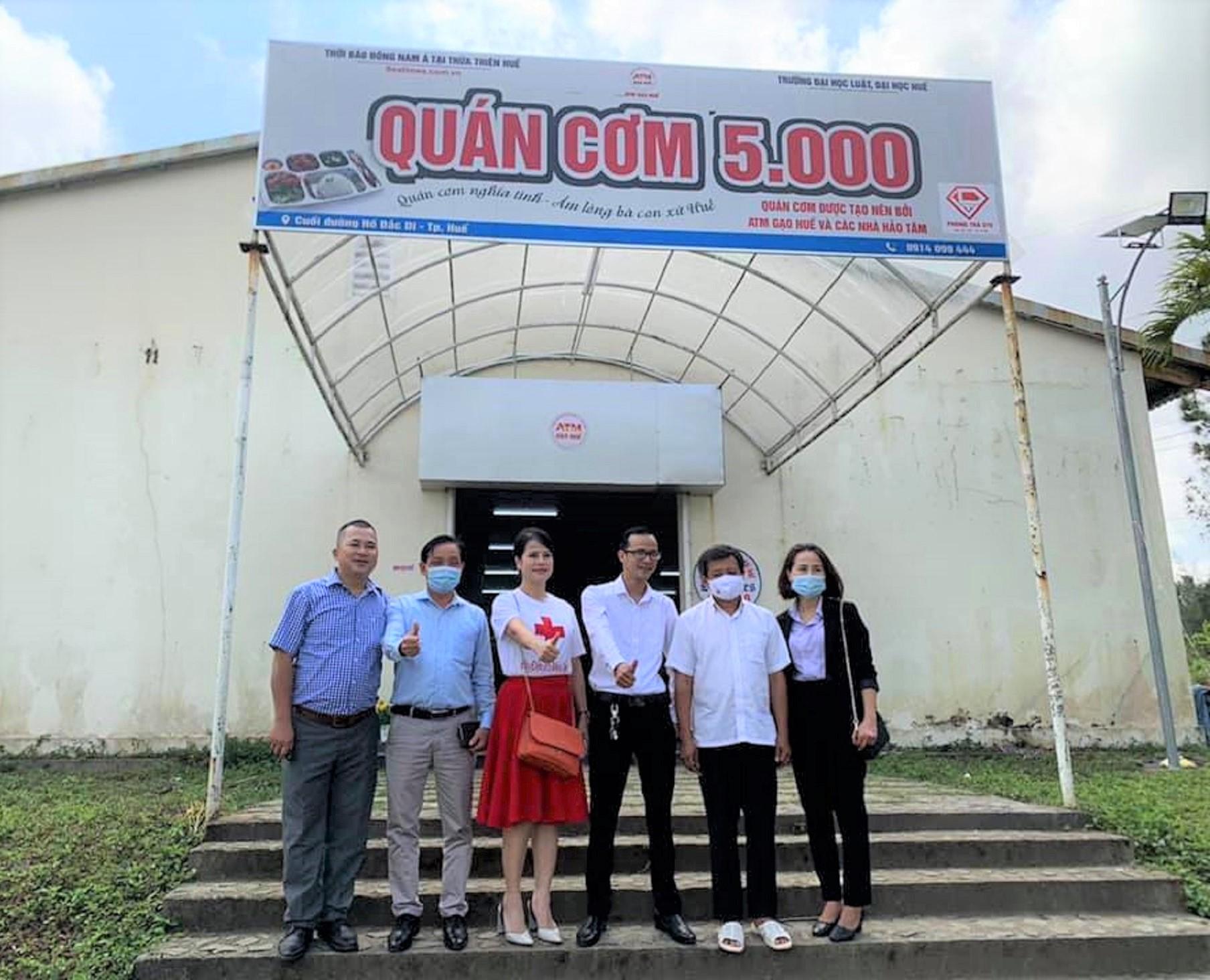 Ông Đoàn Ngọc Hải phục vụ ở quán cơm từ thiện ở Huế hôm 23/2/2021 để nhận 60 triệu đồng xây nhà cho trẻ em vùng núi Hà Giang.