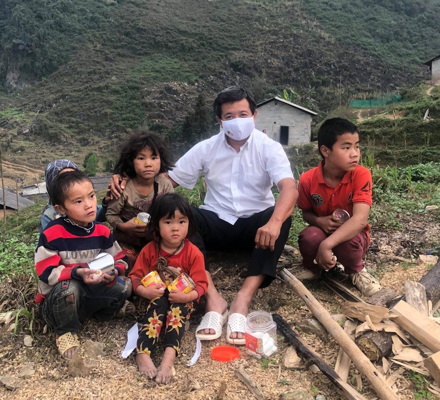 Ông Đoàn Ngọc Hải chụp hình lưu niệm với những đứa trẻ người DTTS ở Yên Minh (Hà Giang)