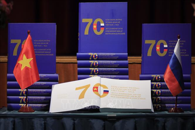 Cuốn sách gồm hơn 700 hình ảnh và tư liệu được sắp xếp theo các sự kiện đối ngoại và hoạt động hợp tác trong các lĩnh vực: chính trị, kinh tế, quốc phòng-an ninh, văn hóa, giáo dục, khoa học, ngoại giao nhân dân... Ảnh: Trần Hiếu/TTXVN/