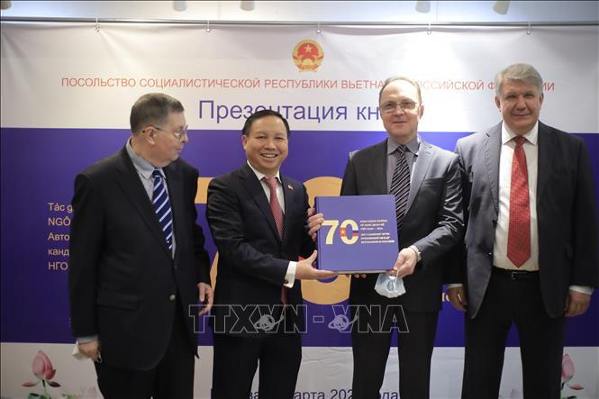 Đại sứ Ngô Đức Mạnh với các nhà ngoại giao Nga có nhiều năm gắn bó với Việt Nam. Ảnh: Trần Hiếu/TTXVN