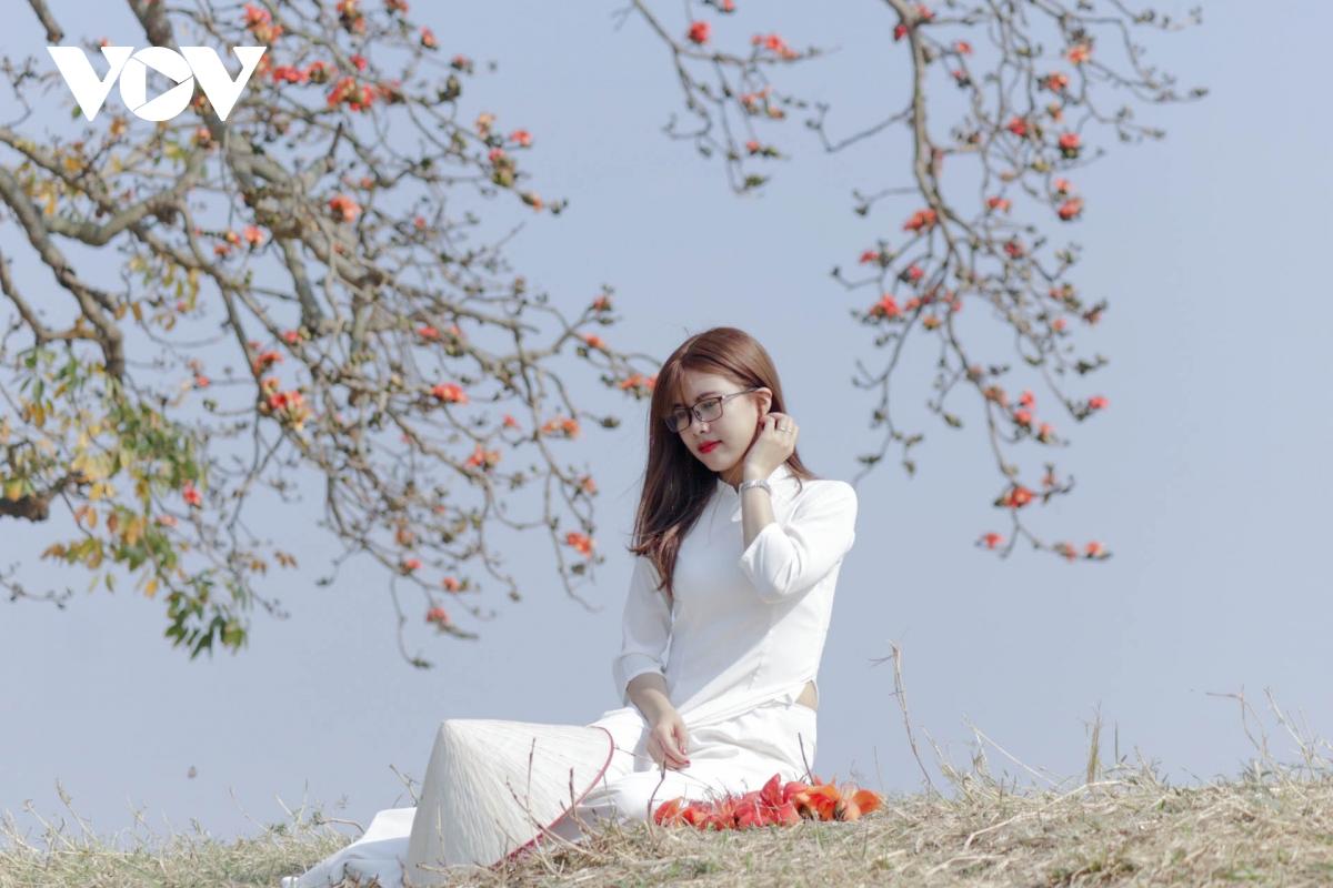 Tháng ba, hoa gạo khoe sắc thắm bên bờ sông Thương 9
