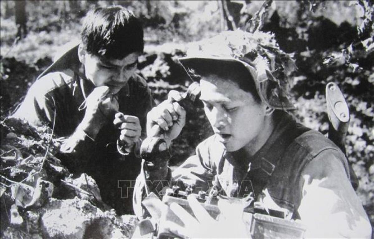 Lực lượng thông tin bảo đảm liên lạc thông suốt mọi tình huống, góp phần làm nên Chiến thắng Đường 9-Nam Lào, mùa xuân năm 1971. Ảnh: TTXVN.