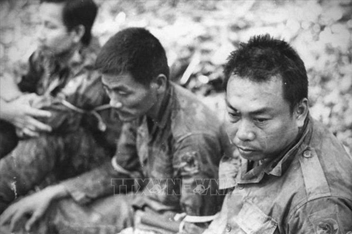 Đại tá Nguyễn Văn Thọ- Lữ đoàn trưởng Lữ đoàn 3 Dù của Ngụy (bên phải) bị quân giải phóng bắt làm tù binh trong Chiến dịch Đường 9-Nam Lào. Ảnh tư liệu BT LS QSVN.
