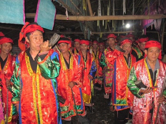 Thầy cúng người Dao sử dụng tù và trong Lễ cấp sắc tại thôn Thanh Chung, xã Tuấn Mậu (nay là thị trấn Tây Yên Tử) (Ảnh TL)