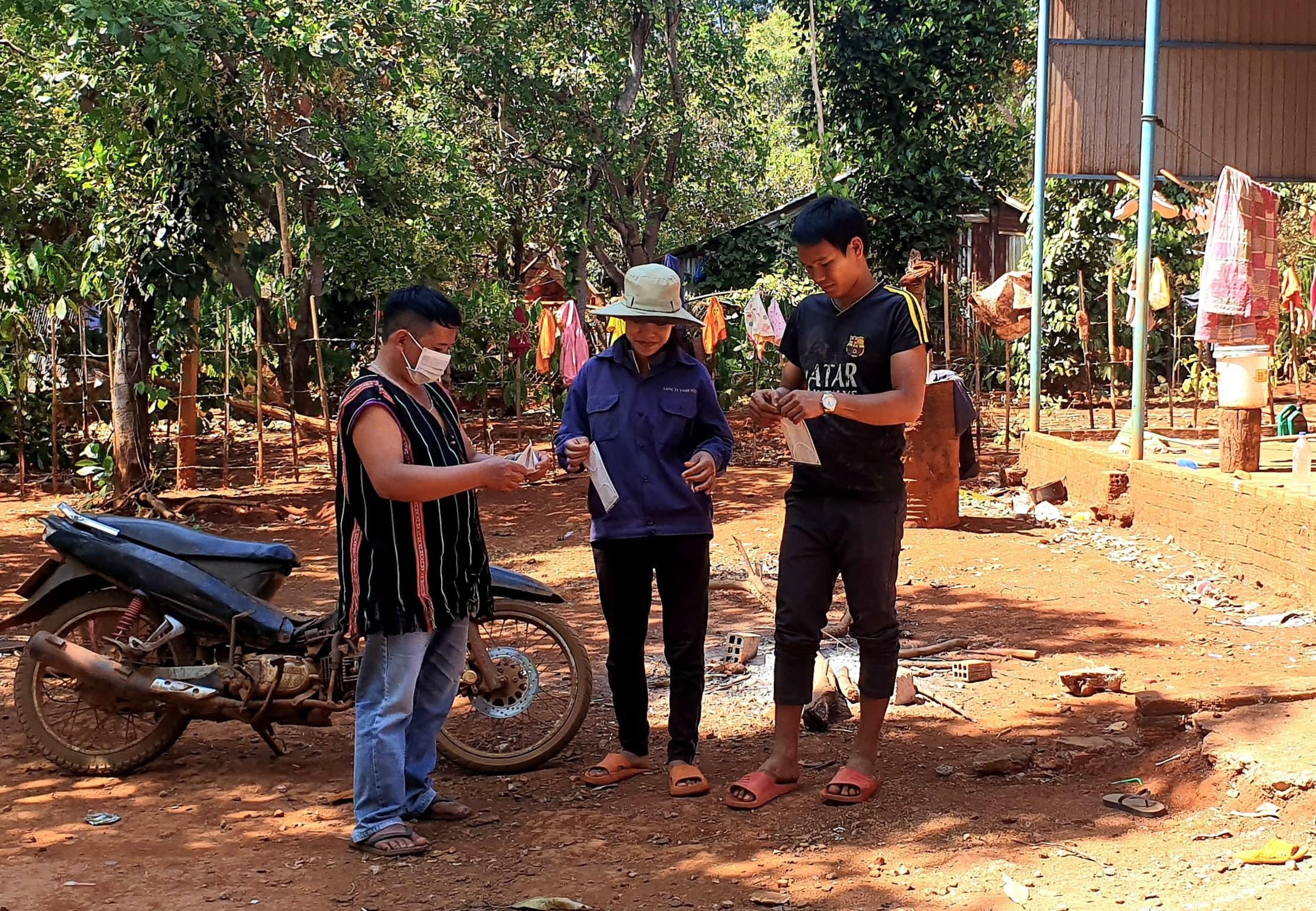 Người có uy tín ở làng Krêl (xã Ia Krêl, Đức Cơ) vận động người dân đeo khẩu trang để phòng, chống Covid-19