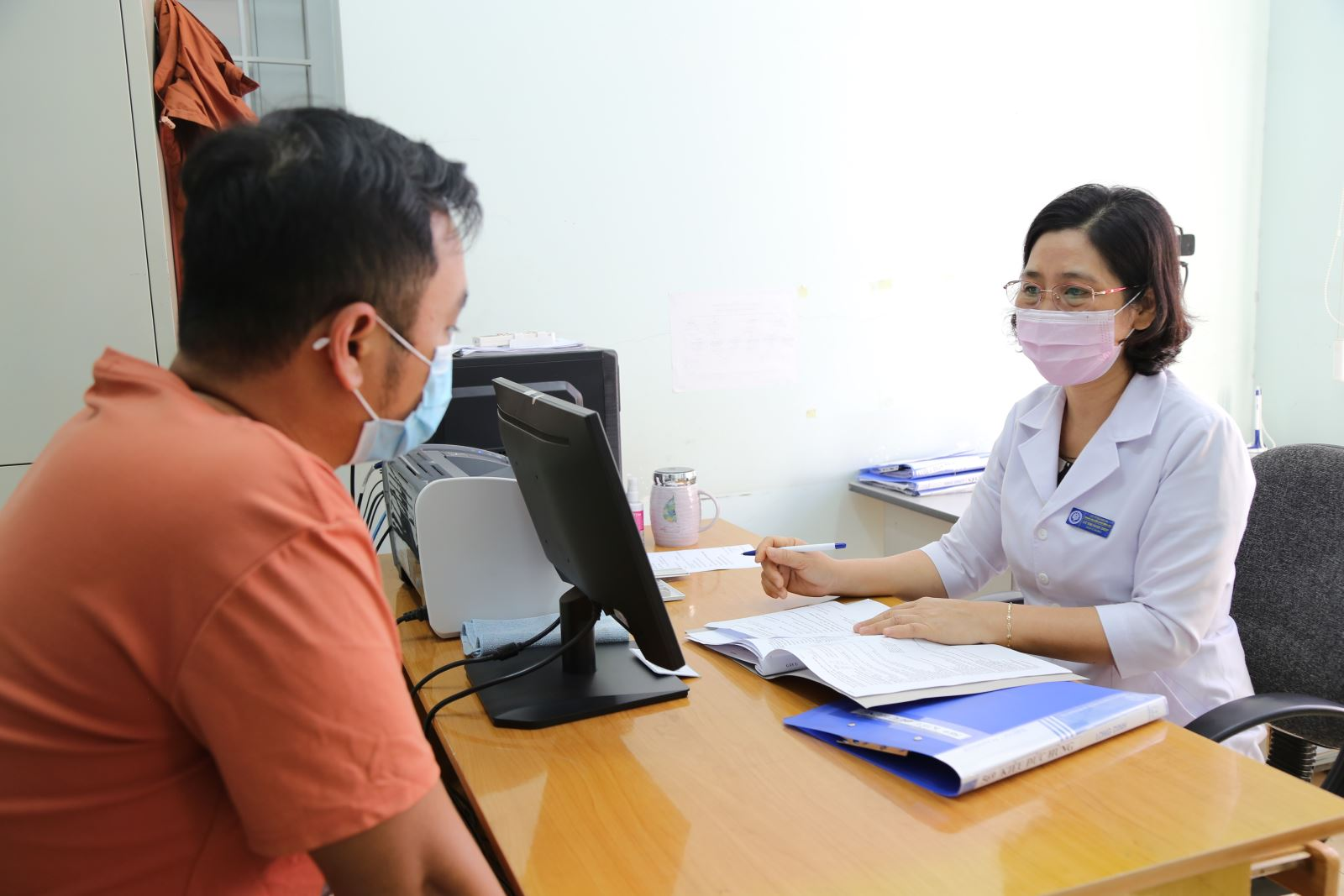 Cần tăng cường các hoạt động truyền thông để giúp các bệnh nhân nhiễm HIV xóa bỏ mặc cảm (Trong ảnh: Bệnh nhân nhiễm HIV đến tư vấn tại Khoa phòng, chống HIV/AIDS - Trung tâm Kiểm soát Bệnh tật tỉnh Đăk Lăk)