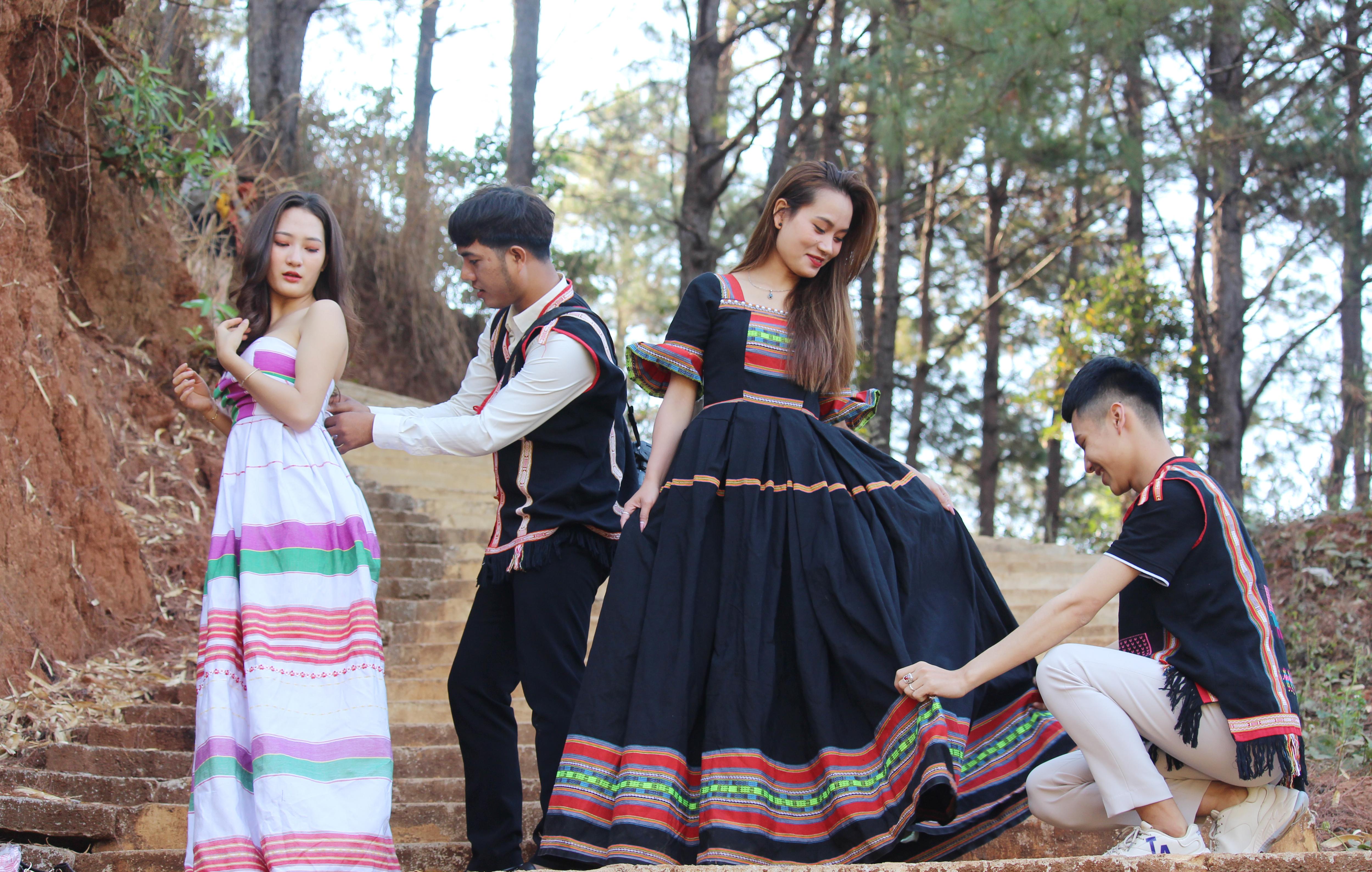 Anh Tưih (thứ 2 từ trái qua) đã đưa phong cách hiện đại vào váy cưới truyền thống và được đông đảo bạn trẻ ủng hộ