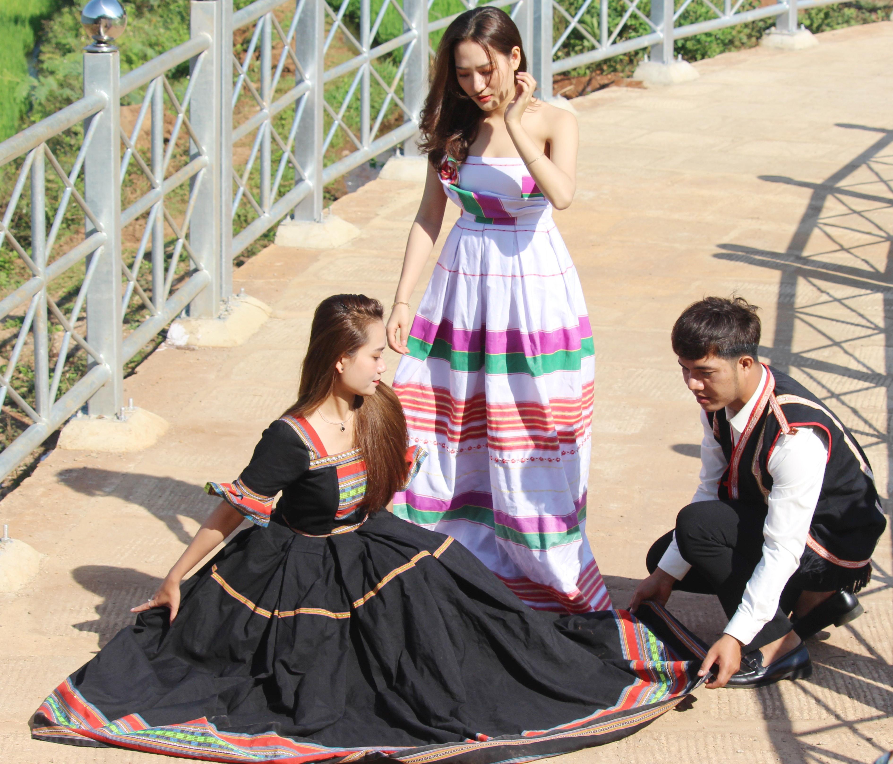 Khi bắt tay vào thực hiện, lên ý tưởng để cho ra đời các mẫu váy cưới bằng thổ cẩm, anh Tưih đã được rất nhiều bạn bè, người thân hỗ trợ, ủng hộ.