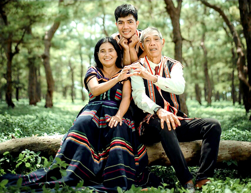 Anh Tưih cùng cha mẹ trong bộ ảnh mặc trang phục hiện đại được may từ thổ cẩm (Ảnh: NVCC)
