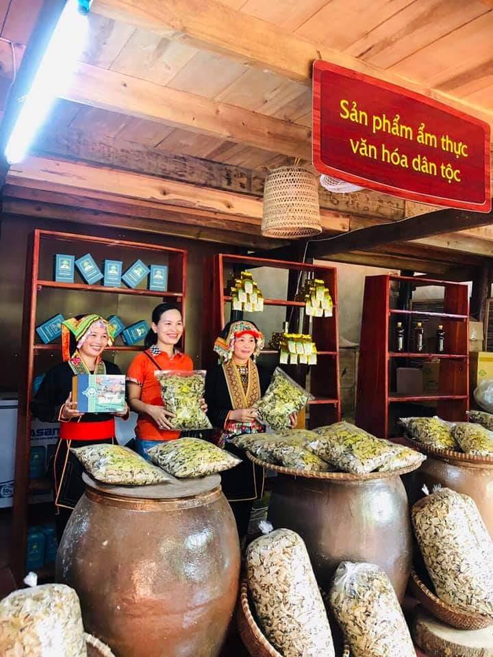 Nơi bày bán thuốc nam đồng bào dân tộc tại bản Ven (Yên Thế)