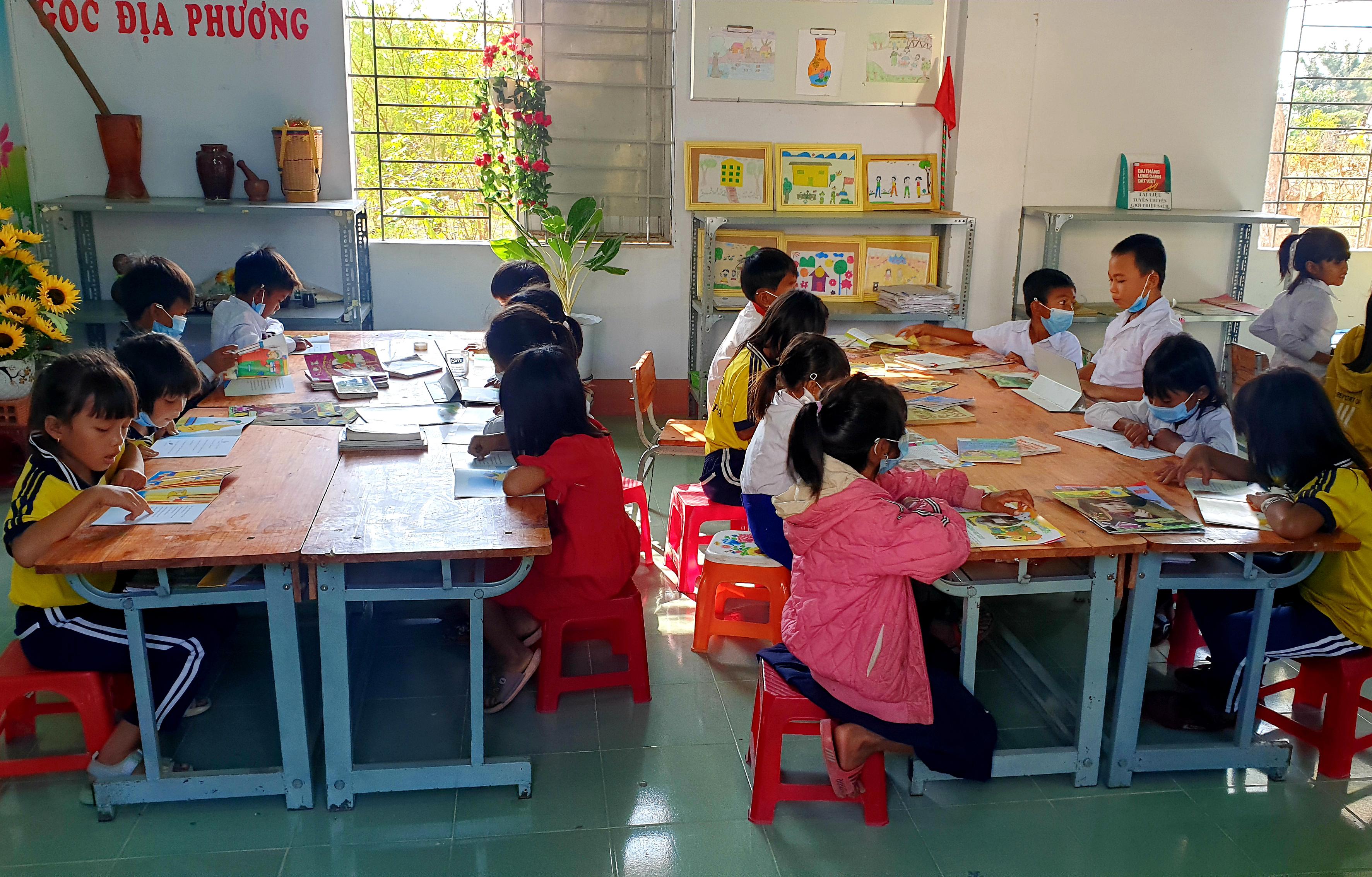 Hoạt động đọc sách tại thư viện của học sinh Trường Tiểu học Trần Quốc Tuấn (xã Chư Drăng, huyện Krông Pa)