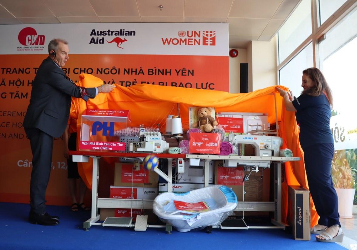 Các thiết bị được đại diện UN Women trao tặng cho Ngôi nhà bình yên tại Cần Thơ. Ảnh: UN Women.