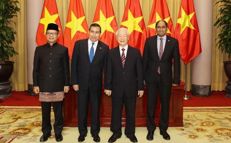 Tổng Bí thư, Chủ tịch nước Nguyễn Phú Trọng chụp ảnh chung với các đại sứ. (Ảnh: TTXVN)