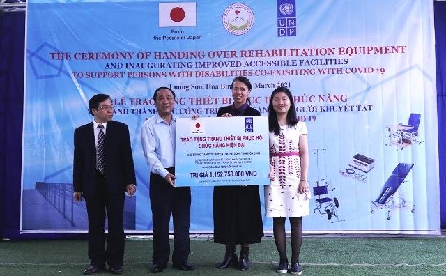 Đại diện UNDP trao tặng hỗ trợ cho Trung tâm Y tế huyện Lương Sơn.