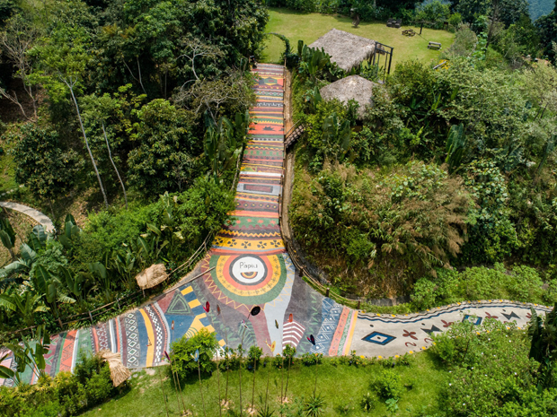 con đường thổ cẩm bao gồm nhiều dãy màu và hình ảnh đặc trưng của văn hóa vùng cao.