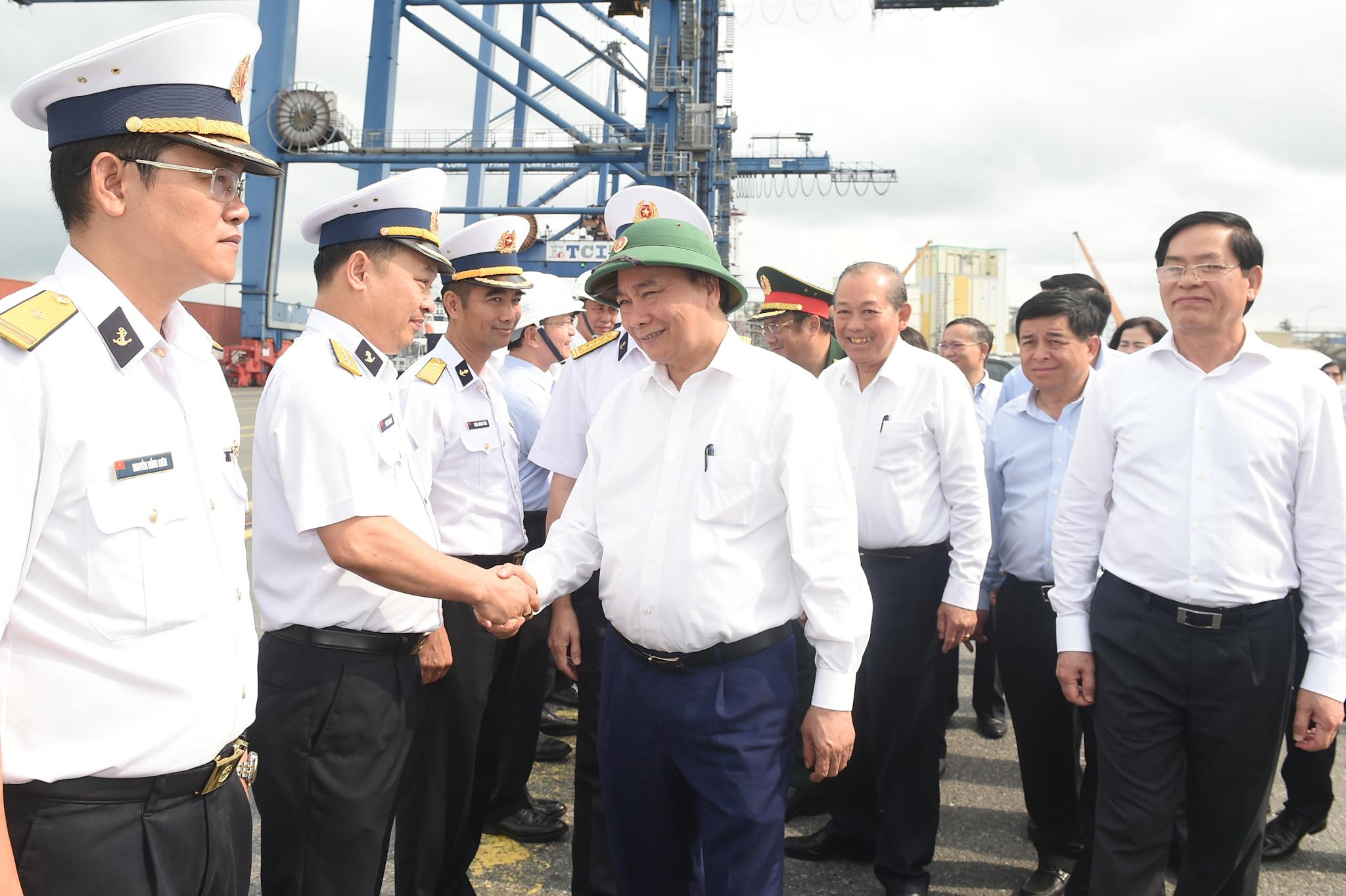 Thủ tướng Nguyễn Xuân Phúc thăm Tân Cảng-Cái Mép. Ảnh: VGP/Quang Hiếu