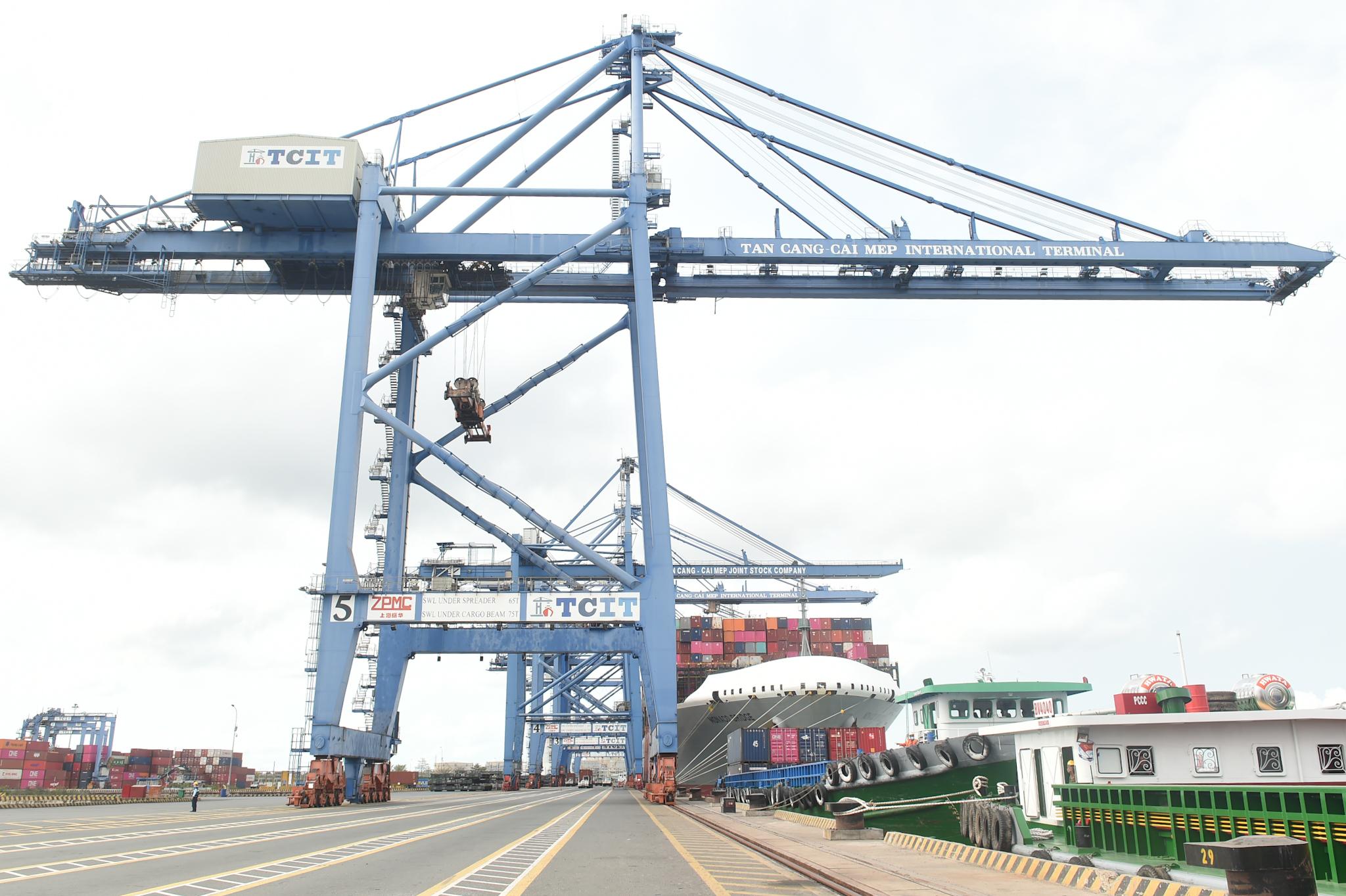 Những cẩu bờ hiện đại tại cụm cảng Cái Mép-Thị Vải. Ảnh: VGP/Quang Hiếu
