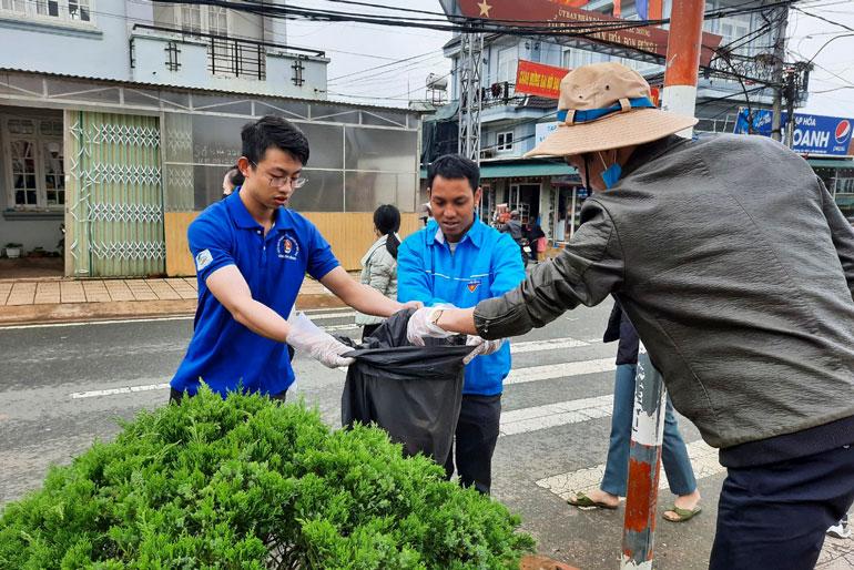 Lơ Mu Ha Thiêm (giữa) cùng ĐVTN tham gia các phong trào xây dựng văn minh đô thị ở thị trấn Lạc Dương. Ảnh: NVCC