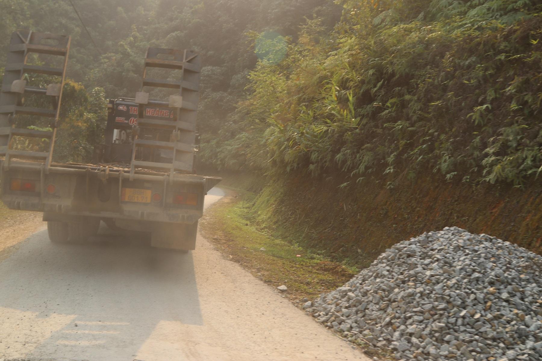 """Tuyến đường liên xã Bum Nưa - Pa Vệ Sử hằng ngày """"cõng"""" hàng chục chuyến xe trọng tải lớn để phục vụ các dự án thủy điện nhỏ trên dòng suối Nậm Sì Lường"""