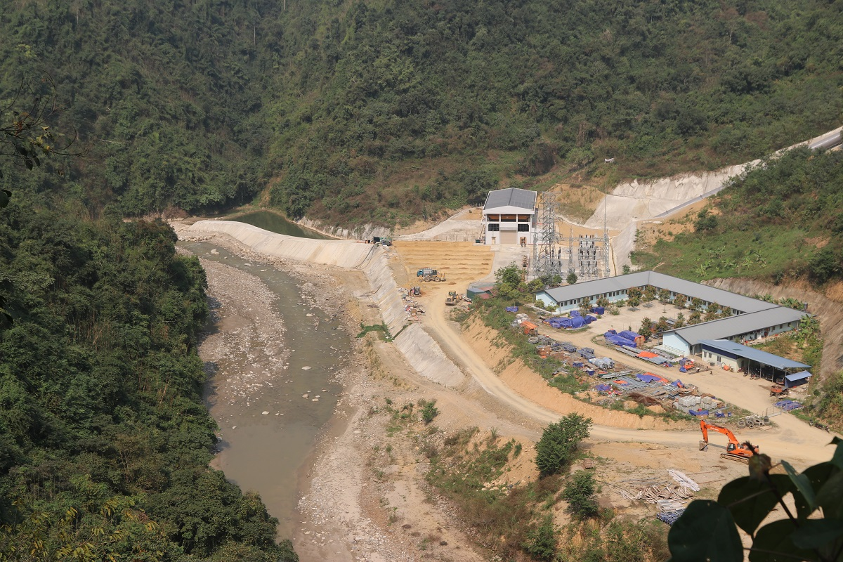 Một công trình thủy điện nhỏ đang gần được hoàn thiện, cách bản Nậm Củm không xa về phía hạ lưu suối Nậm Sì Lường (Ảnh chụp ngày 1/3/2021)