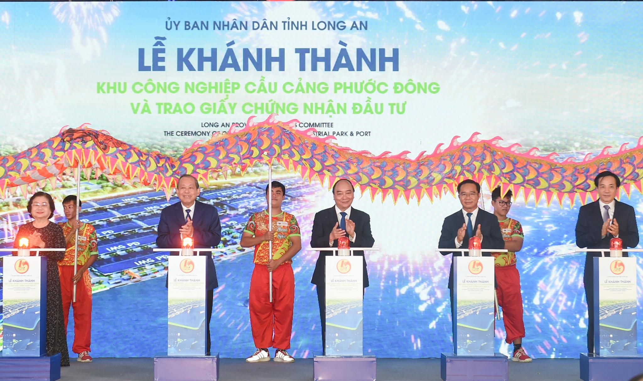 Thủ tướng Nguyễn Xuân Phúc, Phó Thủ tướng Trương Hòa Bình cùng các đại biểu dự Lễ khánh thành Khu công nghiệp Cầu cảng Phước Đông. Ảnh VGP/Quang Hiếu