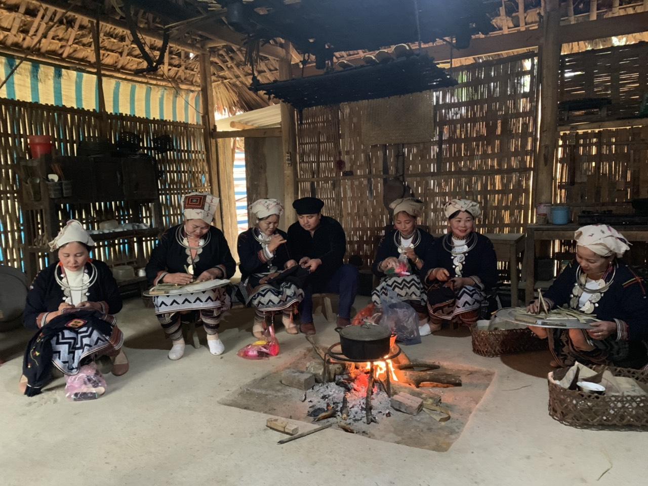 Anh Bàn Văn Nam, thôn Bản Tháng, xã Trung Hà (Chiêm Hóa), Chủ nhiệm Câu lạc bộ Văn hóa Dao Trung Hà (Chiêm Hóa) cùng thành viên các Câu lạc bộ làm trang phục người Dao.