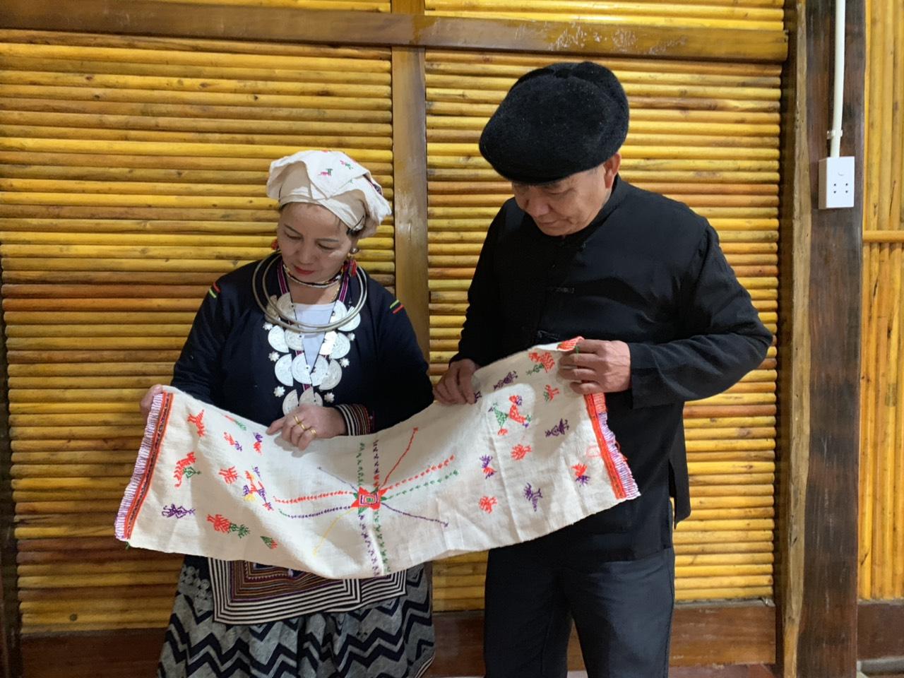 Ông Bàn Văn Minh cùng vợ giới thiệu về khăn tơ hồng của ng Dao Trung Hà Chiêm Hóa