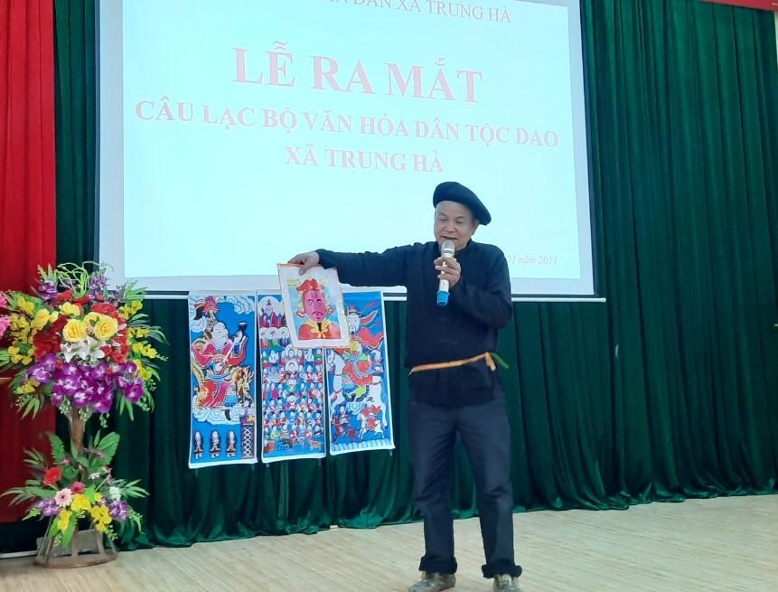 1. Ông Bàn Văn Minh, thôn Piềng Ly, xã Trung Hà (Chiêm Hóa) giải thích về ý nghĩa tranh thờ cho bà con người Dao.