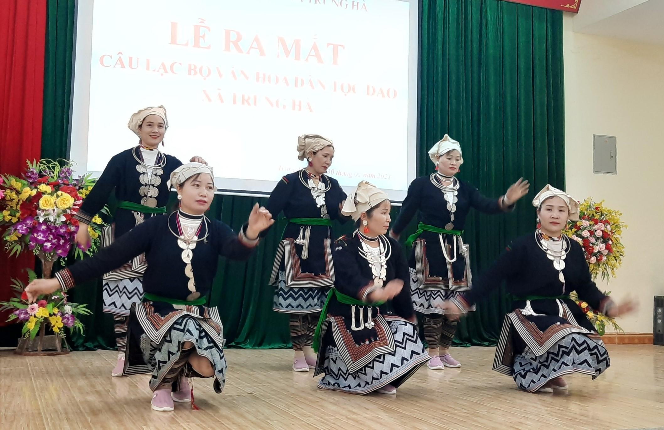 Các thành viên trong CLB văn hóa dân tộc Dao xã Trung Hà biểu diễn văn nghệ