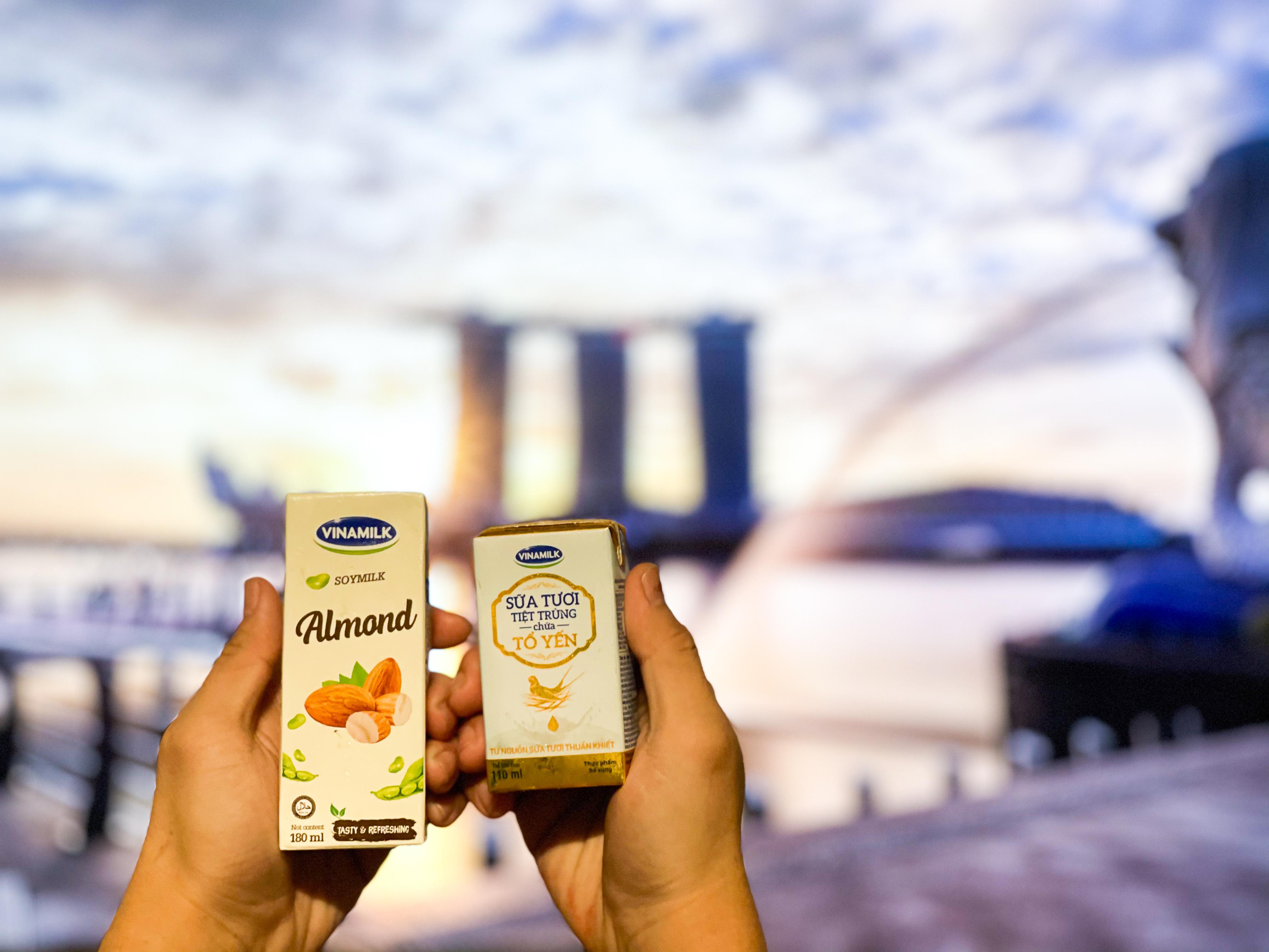 Từ đầu tháng 3/2021, những sản phẩm sữa tươi chứa tổ yến đầu tiên của Vinamilk đã chính thức chào sân đảo quốc sư tử