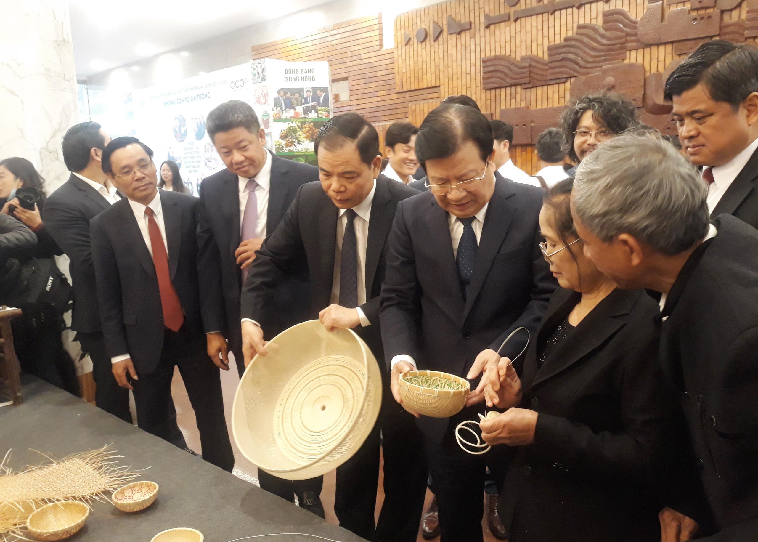 Phó Thủ tướng Trịnh Đình Dũng và đại biểu thăm quan các gian hàng OCOP bên lề Hội nghị