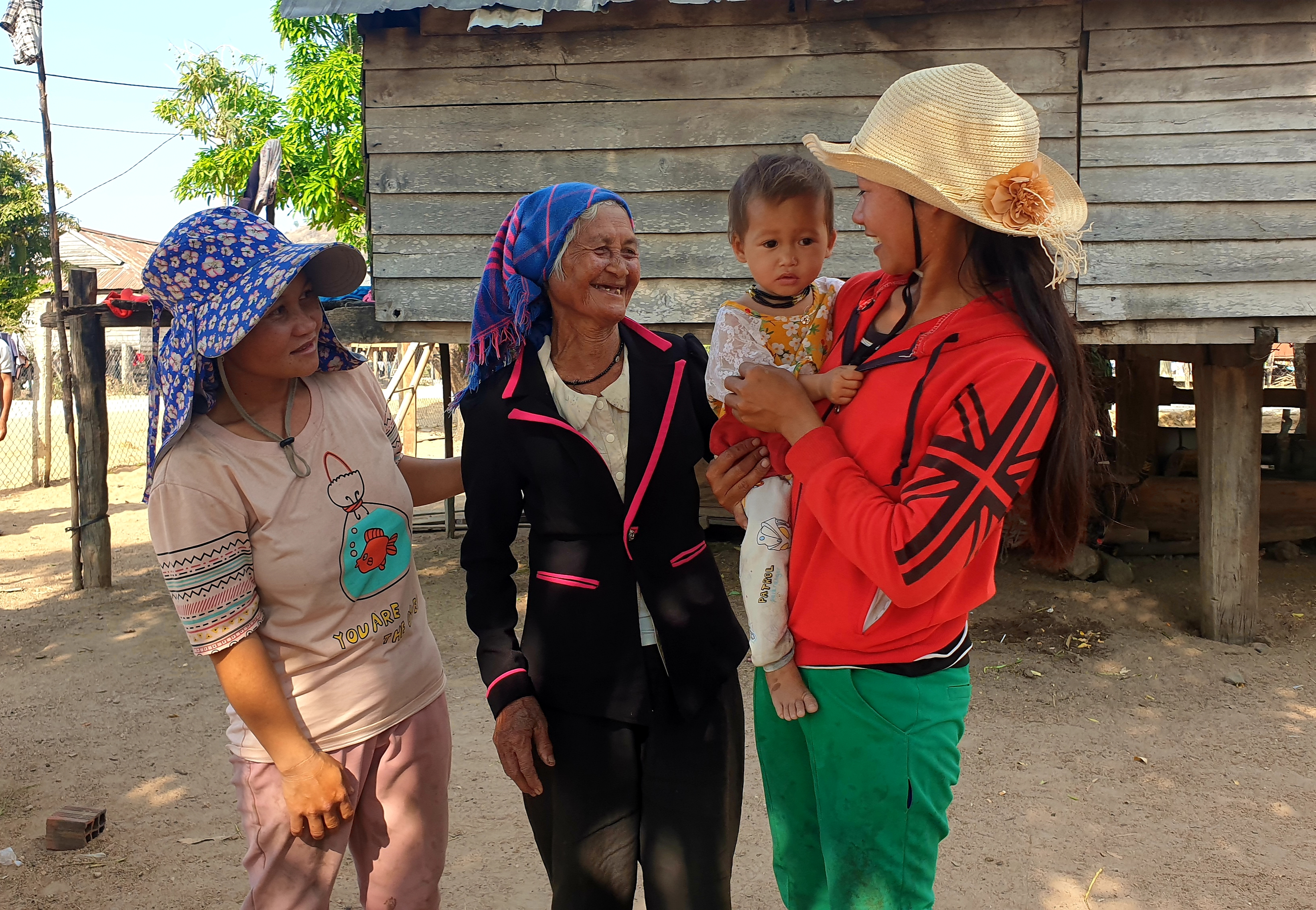 Dù tuổi đã cao nhưng bà H'Yơm vẫn thường xuyên tuyên truyền, vận động dân làng chăm lo làm ăn, phát triển kinh tế.