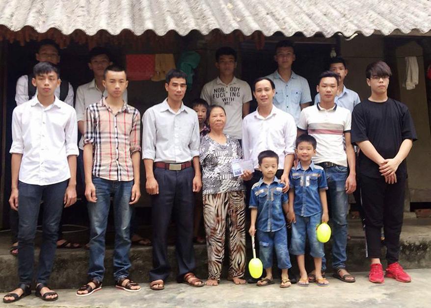 Thầy giáo Nguyễn Quang Đại và Đội nguyện 747 trao quà cho người nghèo tại xã Vũ Yển (huyện Thanh Ba, Phú Thọ).