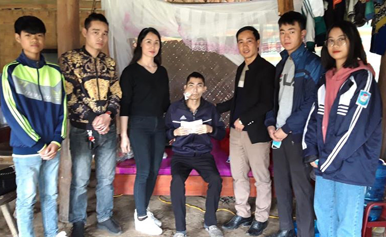 Thầy giáo Nguyễn Quang Đại Đại và học sinh trao quà cho người dân mắc bệnh hiểm nghèo tại xã Ninh Dân (huyện Thanh Ba, Phú Thọ).
