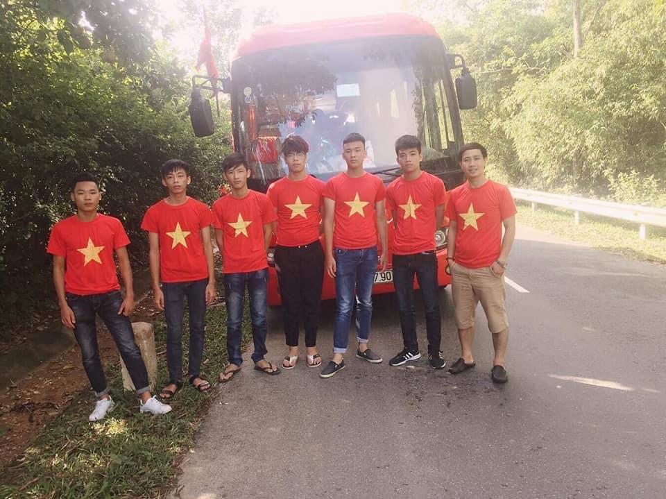 Thầy giáo Nguyễn Quang Đại cùng các thành viên đội 747 trên đường đi thiện nguyện tại Hà Giang.