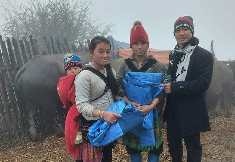 Thầy giáo Nguyễn Quang Đại cùng người dân ở vùng cao Y Tý (Lào Cai) trong một chuyến thiện nguyện