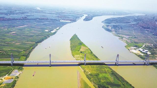 Sông Hồng nhìn từ trên cao đoạn chạy qua địa phận quận Tây Hồ, Hà Nội. Ảnh: Phạm Hùng