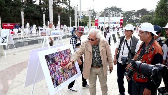 Các nghệ sĩ nhiếp ảnh tại Triển lãm.