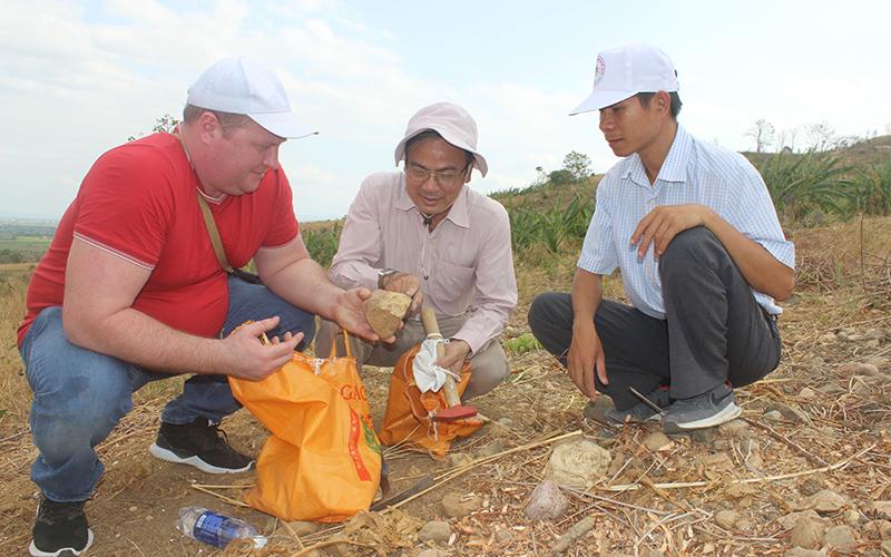 Tiến sĩ La Thế Phúc (người ngồi giữa) cùng các cộng sự tại buổi thẩm định kết quả phát hiện tại sườn núi Chư A Thai.