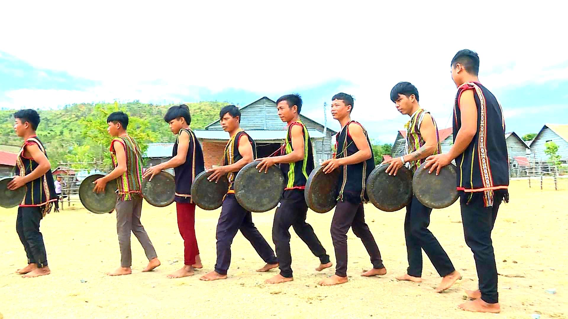 Rmah Mich (thứ tư từ phải qua) và đội chiêng làng Hek đang tập luyện đánh chiêng